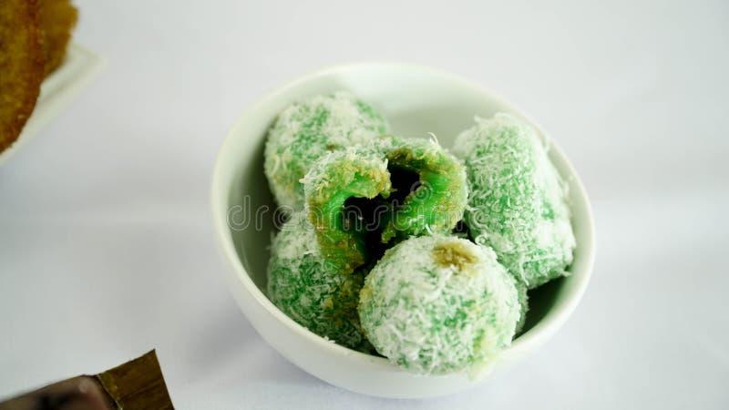 Klepon ou kelepon est aKlepon ou le kelepon est un gâteau traditionnel indonésien images stock