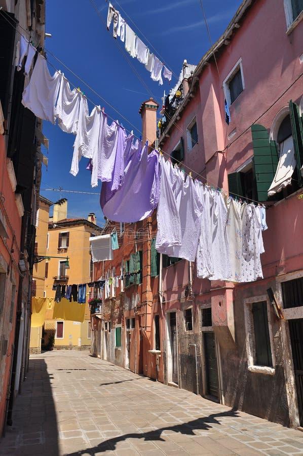 Kleren die boven de stegen van Venetië hangen stock afbeelding