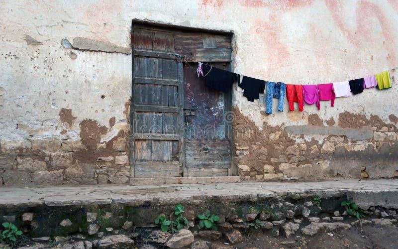 Kleren die dichtbij een deuropening in Harar Jugol, Ethiopië drogen royalty-vrije stock afbeeldingen