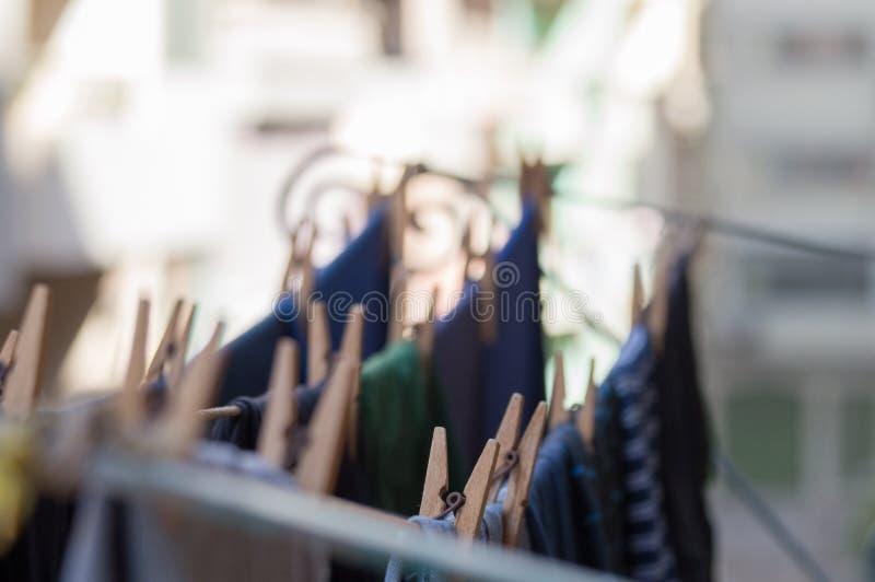 Kleren die op een drooglijn op balkon hangen royalty-vrije stock fotografie