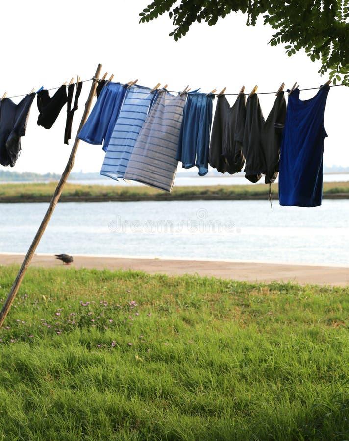 kleren die op het eiland hangen stock afbeeldingen