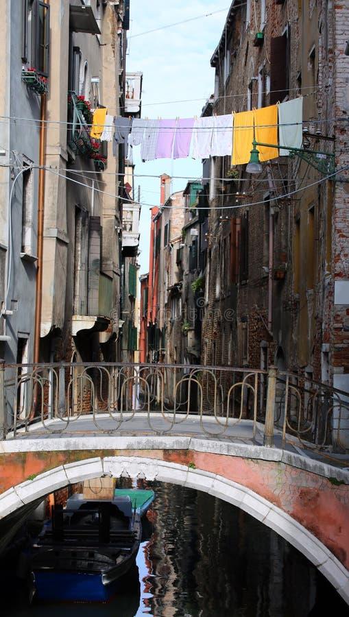 Kleren die over de waterweg en Venetië en een oude brid hangen royalty-vrije stock afbeelding