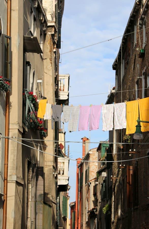 kleren die uit tussen twee huizen hangen te drogen royalty-vrije stock foto
