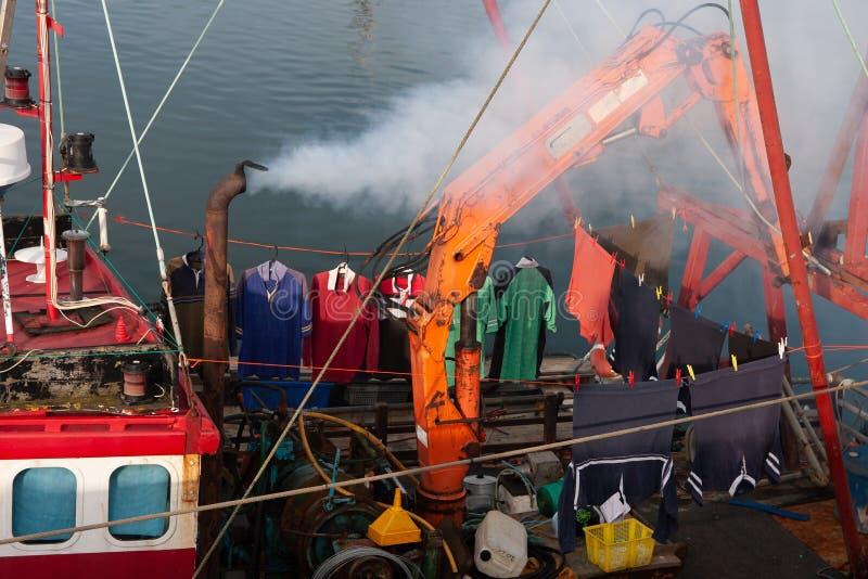 Kleren, gehangen droog op een boot, wasserijdag royalty-vrije stock fotografie