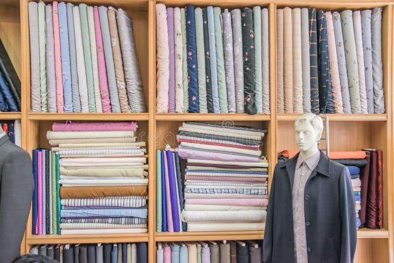 Kleren op planken keurig worden gevouwen die royalty-vrije stock foto's