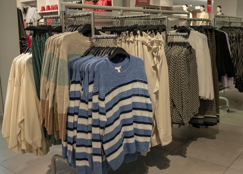 Klerenvertoning in H&M-opslag royalty-vrije stock fotografie