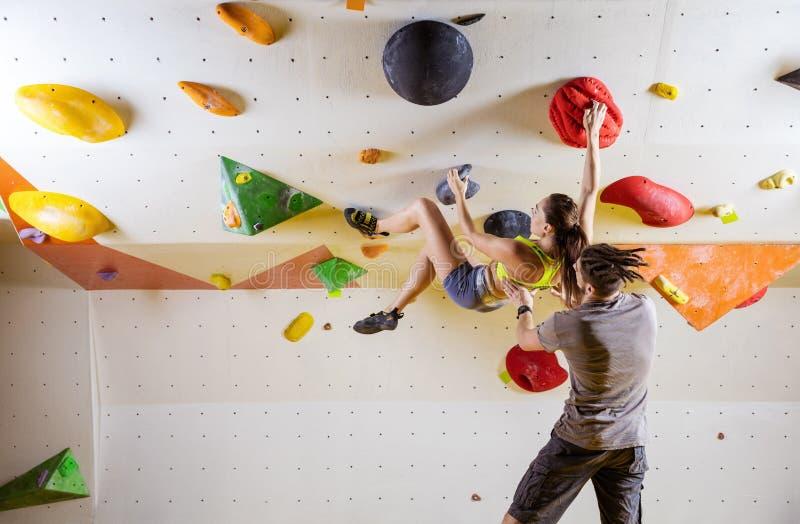Kletterer in kletternder Turnhalle stockbilder
