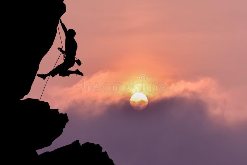 Klettererschattenbild über schönem nächtlichem Himmel lizenzfreie stockfotos