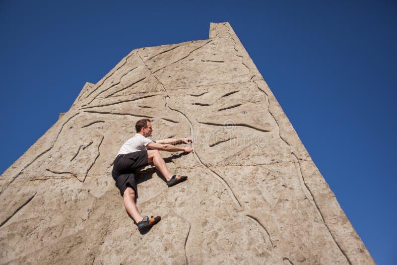 Kletterfreies Klettern an der Wand stockfoto