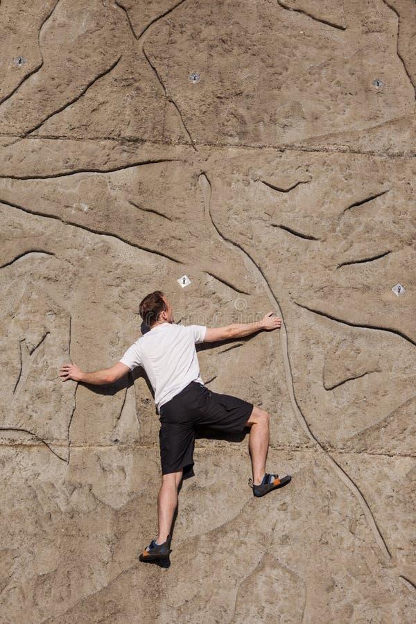 Klettern auf eine Wand lizenzfreies stockfoto