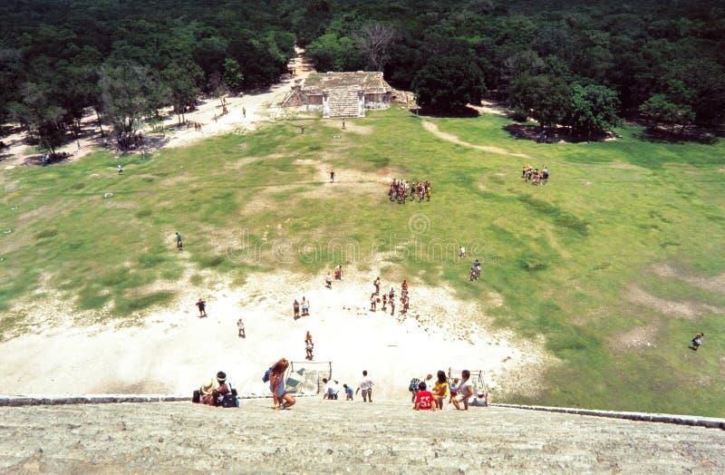 Klettern der Pyramide bei Chitchen Itza, Yucatan, Mexiko lizenzfreie stockbilder
