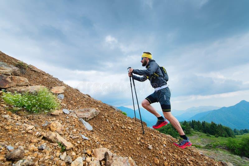 Klettern Sie einen Berg mit Stöcken lizenzfreie stockfotos