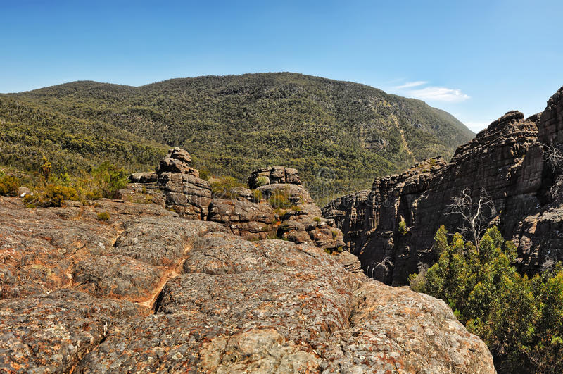 Klettern Sie zur Spitze eines Felsen Berggipfels lizenzfreie stockbilder