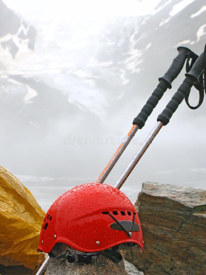 Kletternde Ausrüstung des Bergsteigens gegen hohen Berg stockfotos