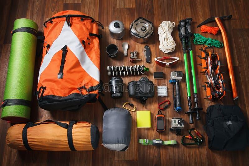 Kletternde Ausrüstung: rope, Trekkingsschuhe, Steigeisen, Eiswerkzeuge, Eisaxt, Eisschrauben, rotes Messer und anderer Satz auf d lizenzfreies stockbild