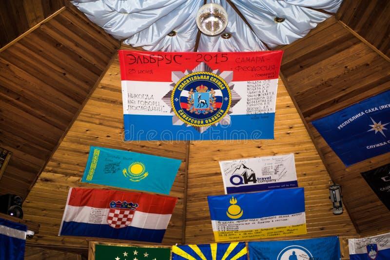 Kletternde Café Haube mit Andenken und Flaggen auf den Wänden im Dorf von Terskol in Elbrus-Region, stockbilder