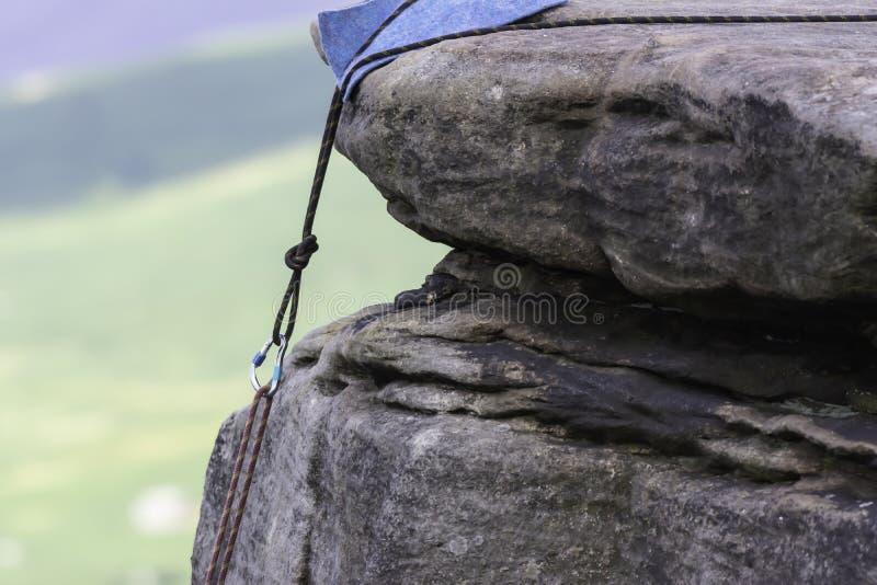 Kletternder Anker auf Felsenrand lizenzfreie stockbilder