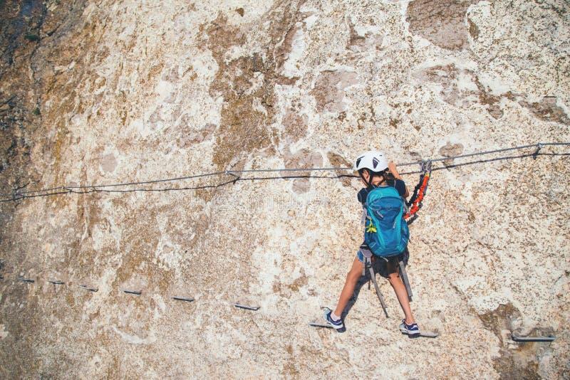 Kletternder Berg des Kindermädchens lizenzfreie stockbilder