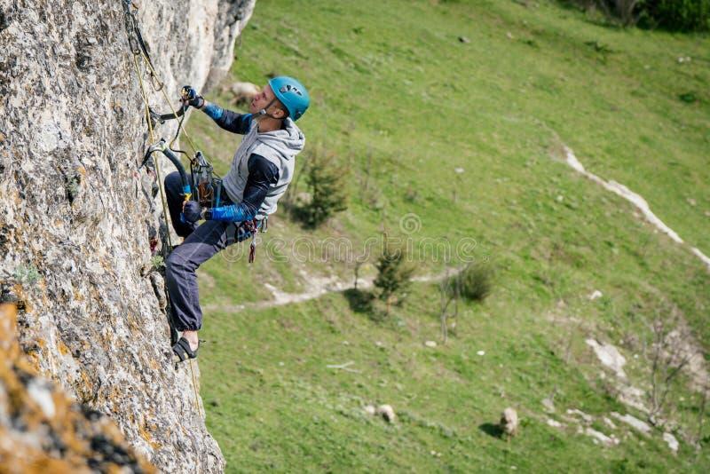 Kletternder Mann auf einem Felsen lizenzfreies stockbild