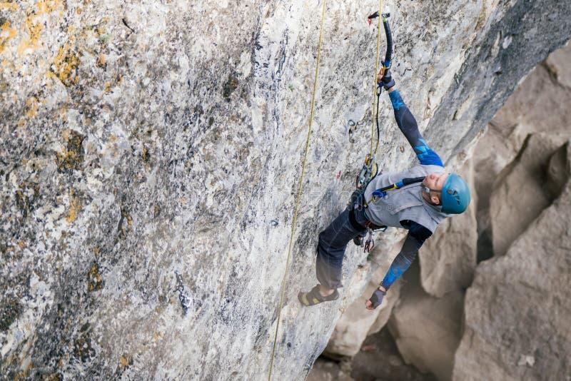 Kletternder Mann auf einem Felsen lizenzfreie stockfotografie