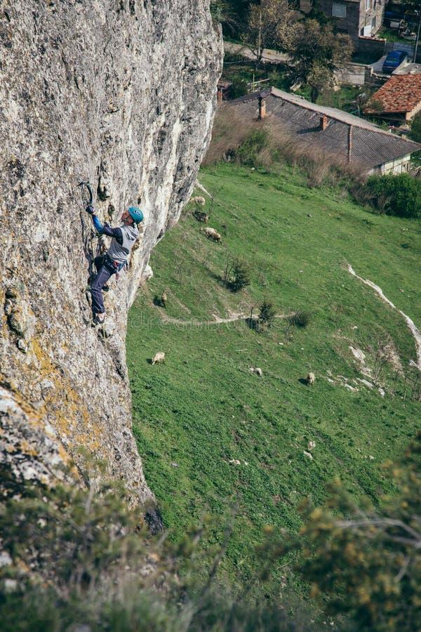 Kletternder Mann auf einem Felsen stockfoto