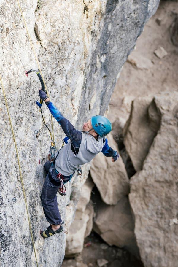 Kletternder Mann auf einem Felsen stockfotos