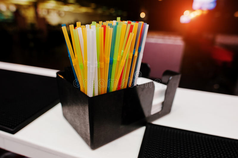 Kleur het drinken stro bij de bar stock afbeelding