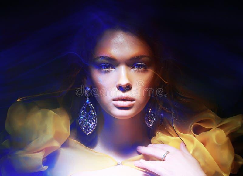 Kleur. Portret van In Vrouw in Zachte Fantastische Lichten stock fotografie