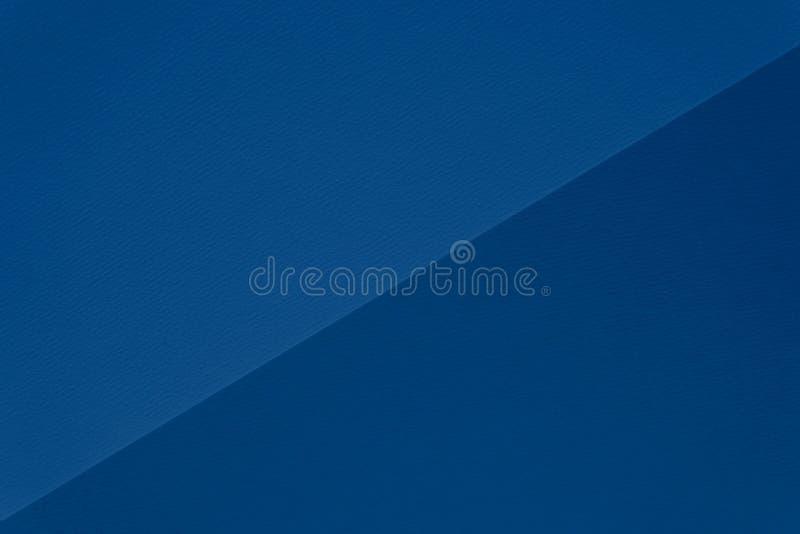 Kleur van het klassieke blauw van 2020 Textuur van klassiek blauw, dubbeltoon papier voor waterkleur, diagonaal verdeeld Moderne  stock foto