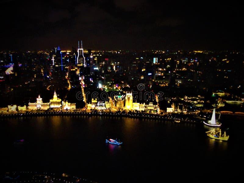 Kleuren en het stadsleven, lichten en duisternis in Shanghai stock afbeelding
