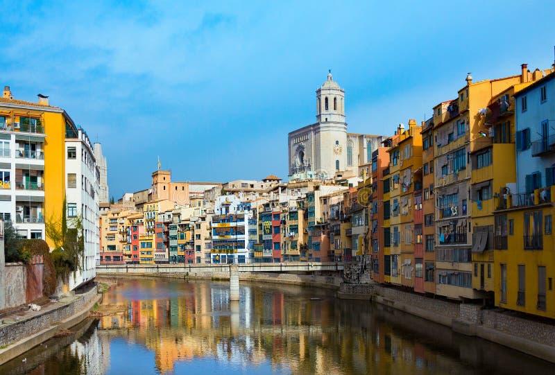 Kleuren en huizen en brug Pont de Sant Agusti, weerspiegeld in de rivier Onyar, in Girona, Catalonië, Spanje Saint Mary Cathedral royalty-vrije stock foto