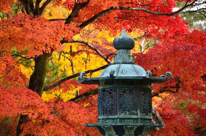 Kleuren van de herfstbladeren bij Japanse tempel japan royalty-vrije stock afbeeldingen