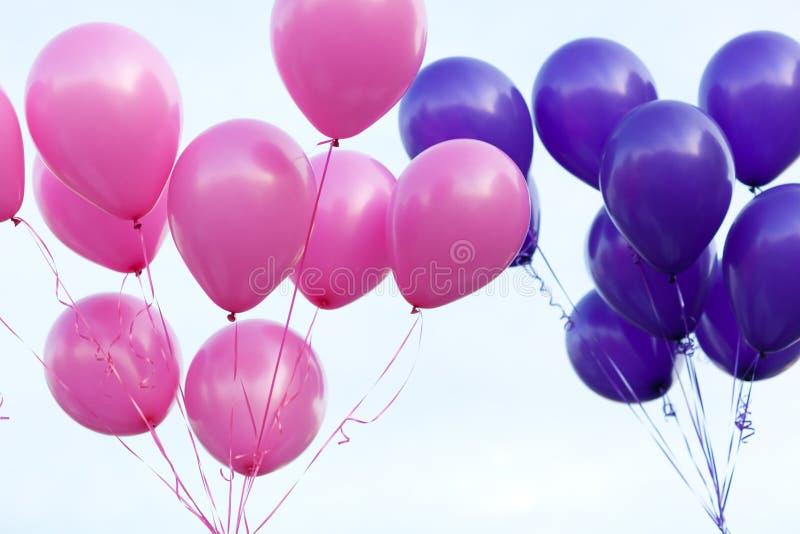 Kleurenballons in de hemel stock foto