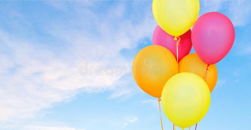 Kleurenballons op hemel stock foto's
