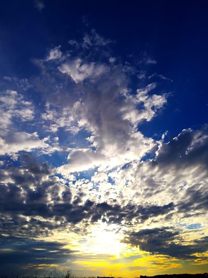 Kleurencombinatie in een mooie zonsondergang stock afbeeldingen