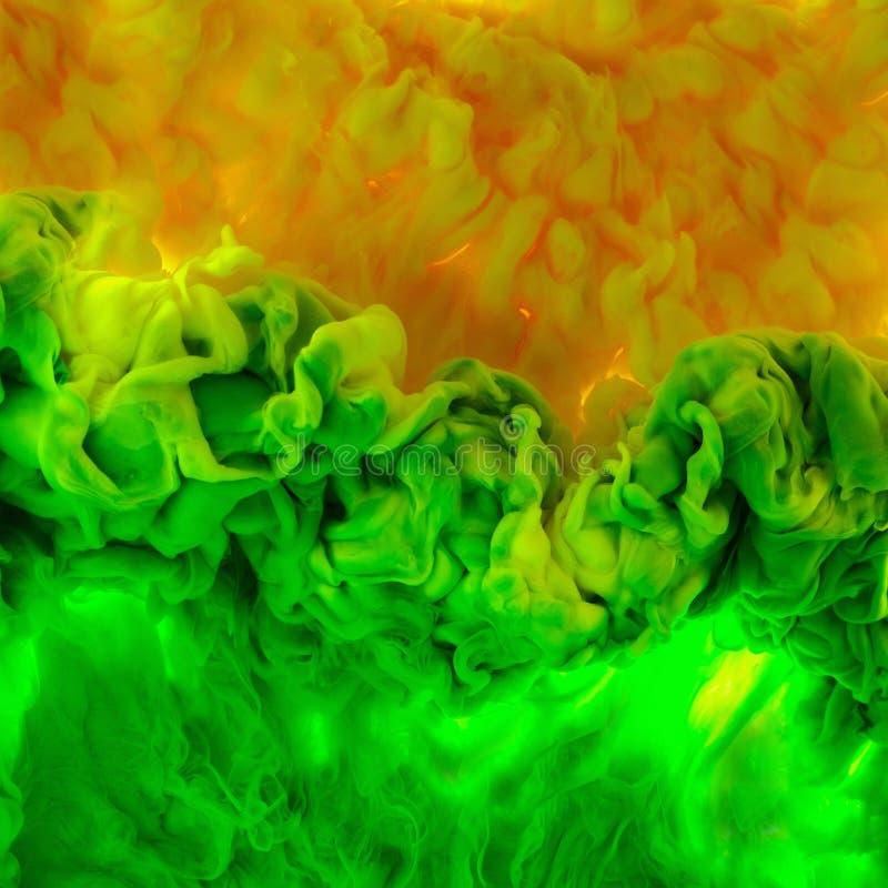 Kleurendaling in water, in motie wordt gefotografeerd die Het abstracte wervelen Wolk van zijdeachtige die bol onder water op wit stock fotografie