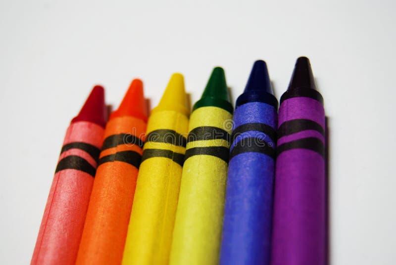 Kleurende die kleurpotloden op een witte achtergrond worden geschikt stock fotografie