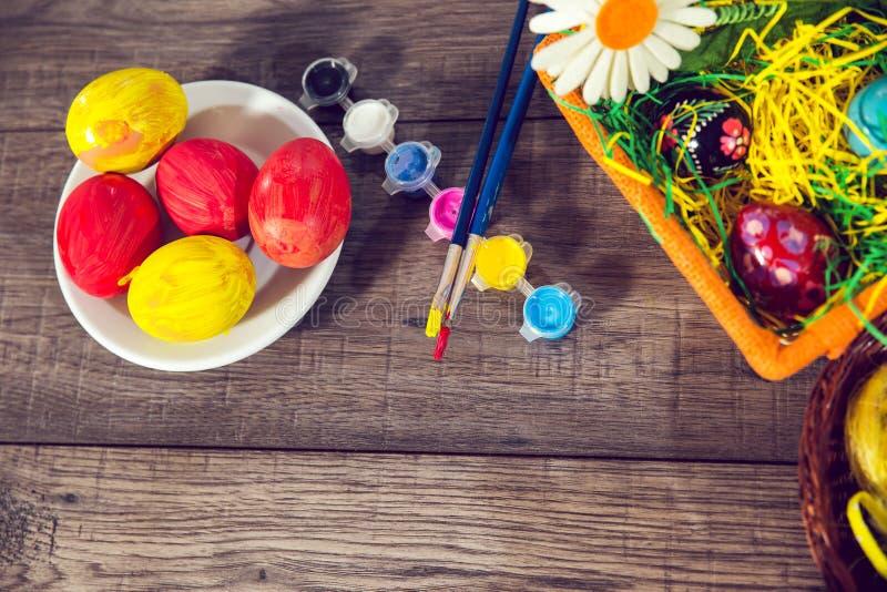 Kleurende eieren voor Pasen royalty-vrije stock afbeelding