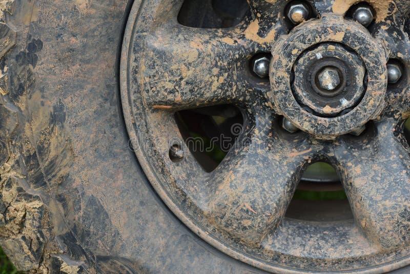 Kleurendetail van een off-road auto` s wiel wordt, in modder wordt behandeld geschoten die royalty-vrije stock foto