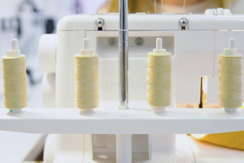 Kleurendraden en naaimachine op lijst stock afbeelding