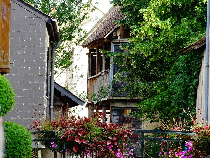 Kleurenfoto van een voetgangersbrug met bloemen in het historische centrum van de stad van Montargis in Frankrijk wordt verfraaid royalty-vrije stock foto