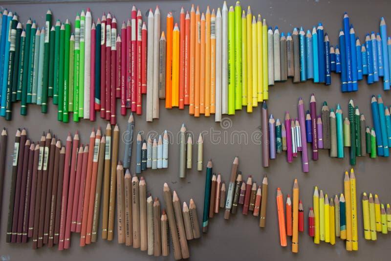 Kleurenkleurpotloden in orde worden geschikt die stock foto's