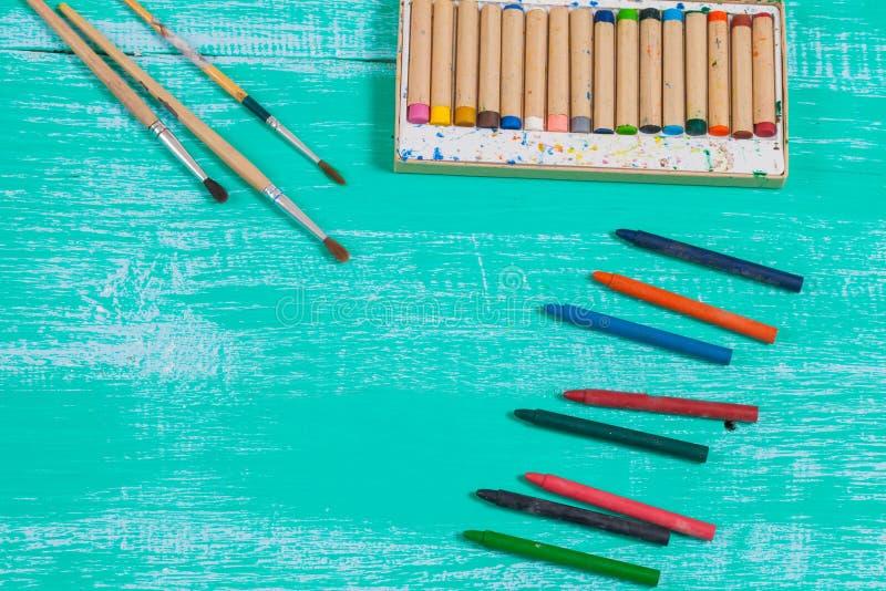Kleurenkleurpotlood op uitstekend hout stock foto's