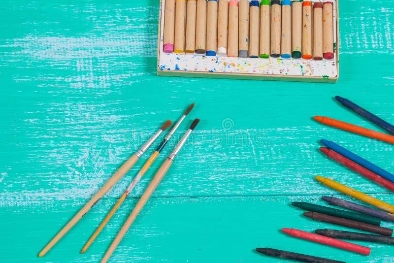 Kleurenkleurpotlood op uitstekend hout royalty-vrije stock afbeeldingen