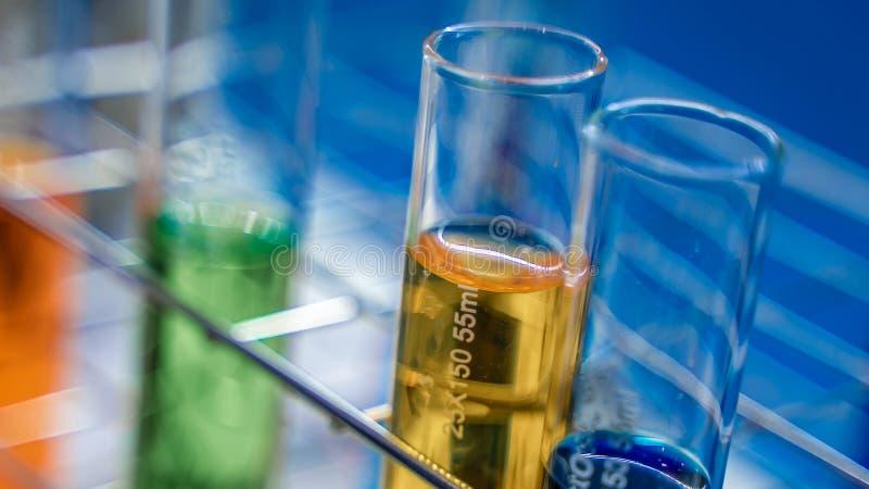 Kleurenoplossing in Glasfles stock afbeeldingen