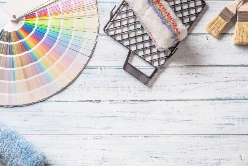 Kleurenpalet voor het schilderen met rol palet-mes en zeefje op een houten lijst - bovenkant van mening stock afbeeldingen