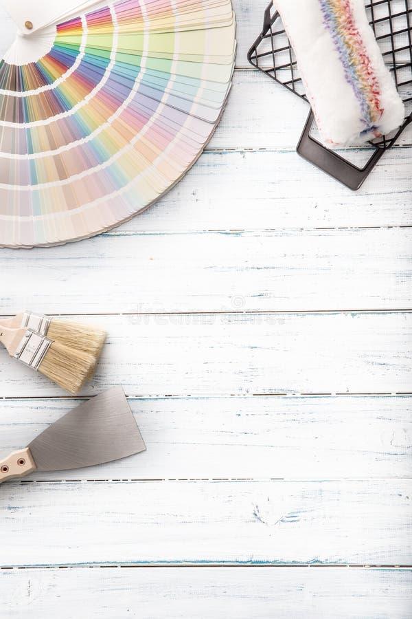 Kleurenpalet voor het schilderen met rol palet-mes en zeefje op een houten lijst - bovenkant van mening royalty-vrije stock fotografie