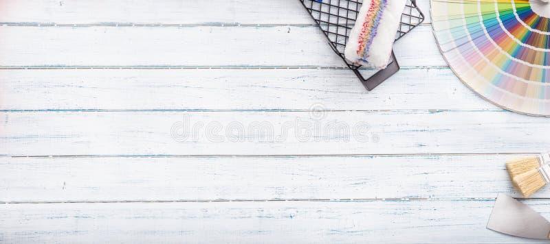 Kleurenpalet voor het schilderen met rol palet-mes en zeefje op een houten lijst - bovenkant van mening stock fotografie
