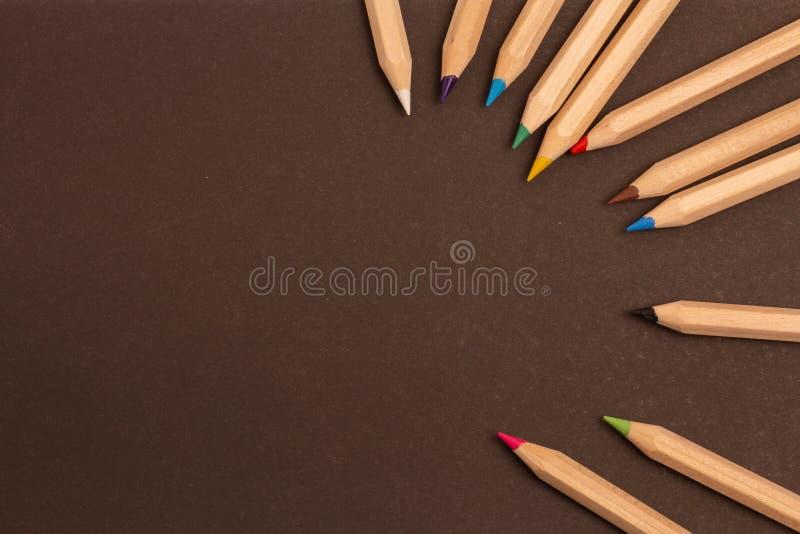 Kleurenpotloden die op een zwarte achtergrond worden verspreid royalty-vrije stock foto's