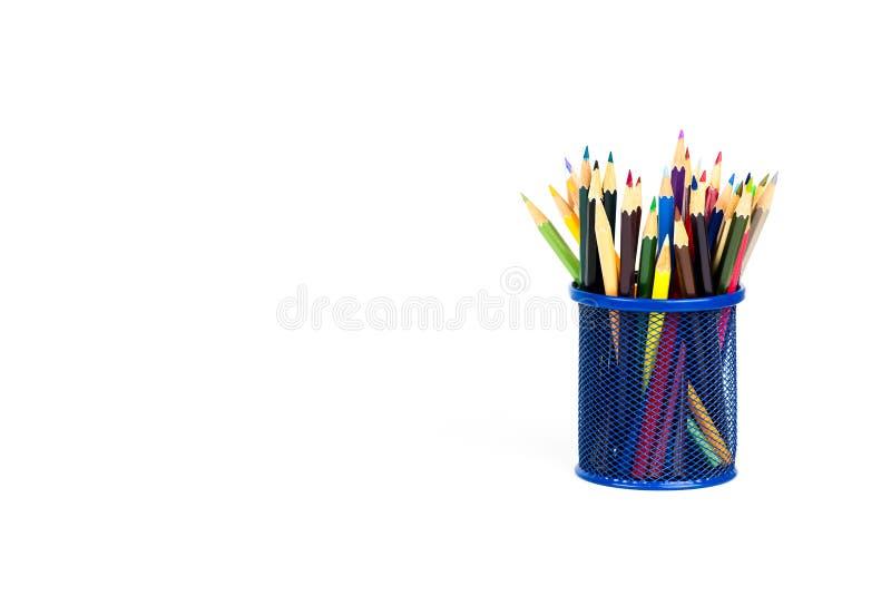 Kleurenpotloden in een potlooddoos op witte achtergrond royalty-vrije stock fotografie